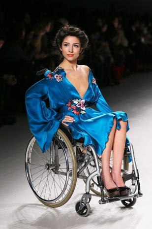 la moda senza frontiere modelle in sedia a rotelle per la